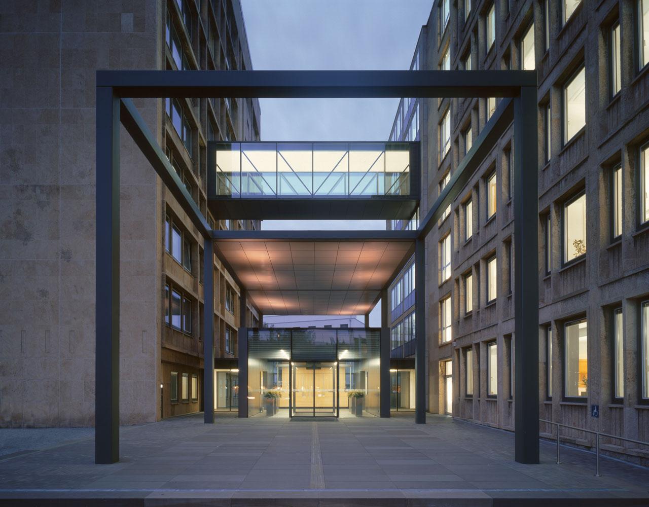 Guetersloh-Rathaus-Erweiterung-Eingang-Nacht